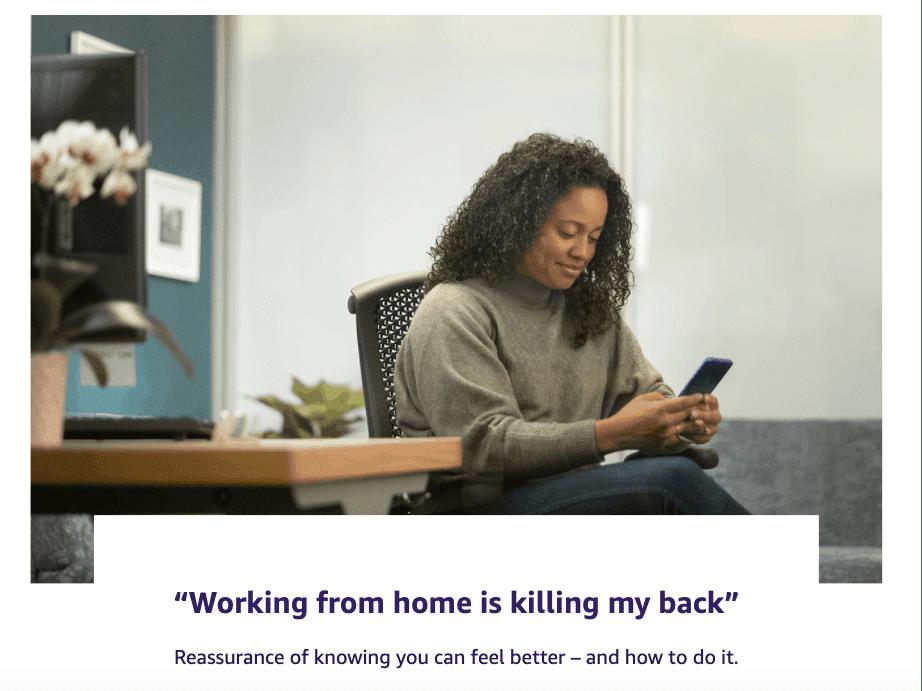 Mulher trabalhando em casa contatando a equipe de atendimento da Amazon